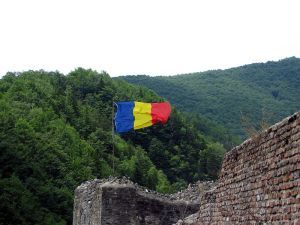 800px-Flag_of_Romania_on_the_Poienari_Fort[1]